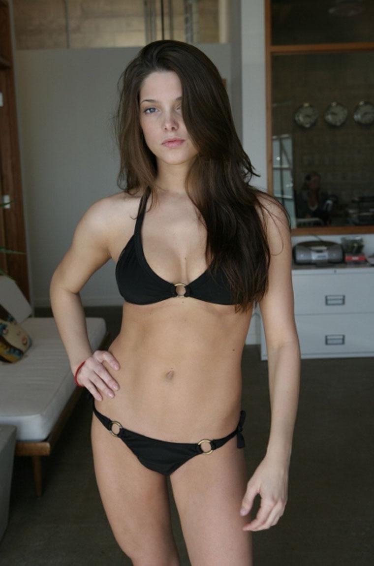 gallery_enlarged-1006_ashley_greene_bikini_00