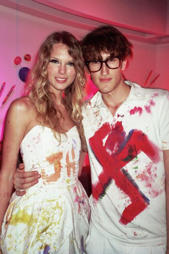 gallery_enlarged-1029_taylor_swift_swastika_00